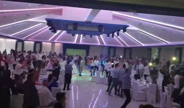 Tu noć kad si se udavala: Gosti na svadbi zajedno s mladencima gledali tekmu s Danskom (thumbnail)