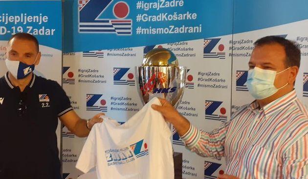 Ministar Beroš cijepi na Višnjiku, za poklon dobio majicu KK Zadar