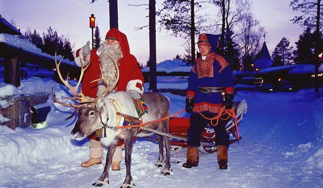 Djed Mraz krenuo na put iz Laponije sanjkama koje je nakrcao poklonima