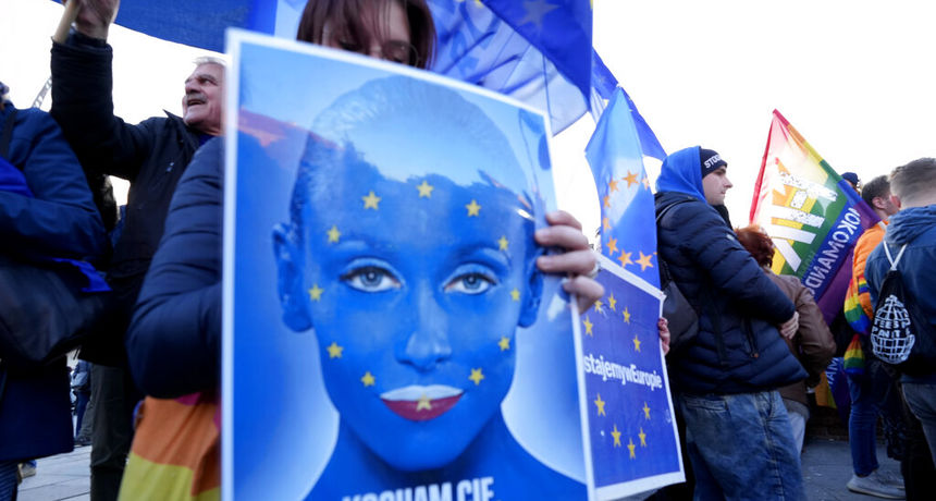 FOTO Deseci tisuća Poljaka izašli su na ulice kako bi branili članstvo svoje zemlje u Europskoj uniji