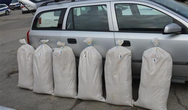 Prometna policija zaustavila osobni automobil i njemu pronašla oko 120 kilograma duhana