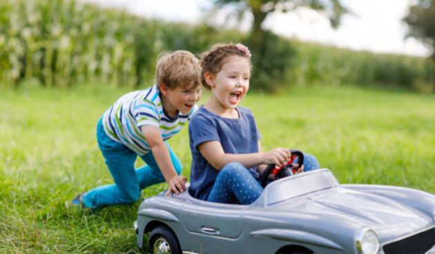 Djevojčica i auto