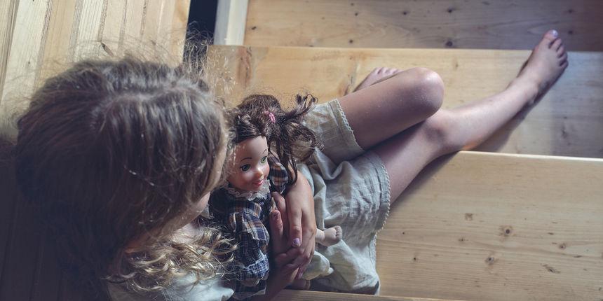Zamislite da ste ta djevojčica. Nitko se ne pita zašto plačete. Jer je normalno da djeca plaču. Ili da imaju smrskane glave