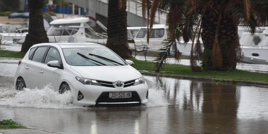 Problemi u prometu: Kiša poplavila zadarske ulice