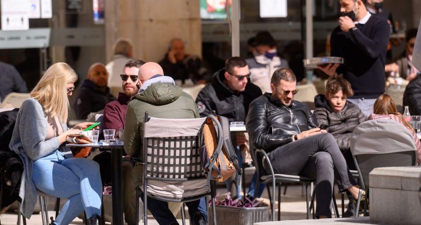 FOTO U Zadarskoj županiji maske su obavezne i vani, ali Zadrane to baš i ne brine: U kafiće i grad ide se bez maski