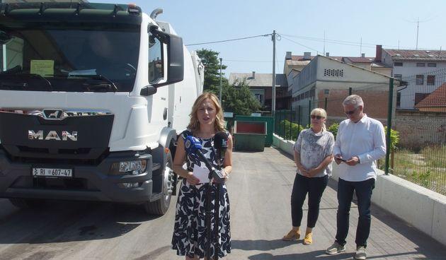 Dugoreška Čistoća javnosti predstavila novo vozilo vrijedno 1,8 milijuna kuna - služit će za odvojeno prikupljanje papira i plastike