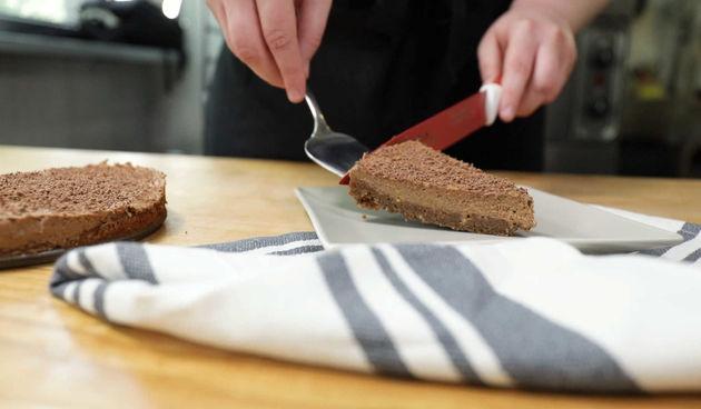 Pogledajte kako napraviti jednostavnu, ali savršenu čokoladnu tortu (thumbnail)