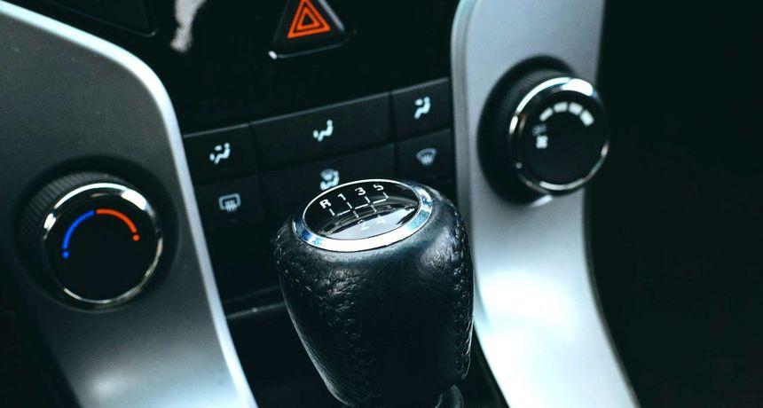 ZA DULJI VIJEK KVAČILA Ne ostavljajte vozilo u brzini dok stojite i ne držite ruku na mjenjaču