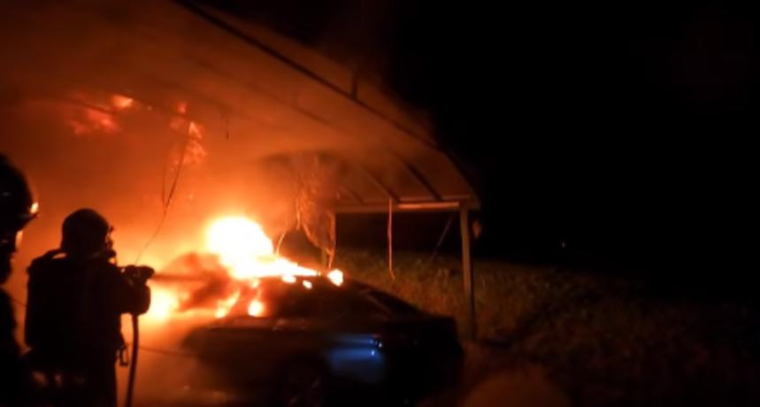 U zagrebačkim Gračanima noćas je izgorio automobil, a vatra je zahvatila i nadstrešnicu