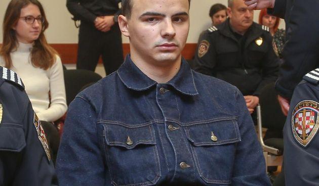 David Komšić u lancima doveden na sud, došli i prijatelji: Kristinu su udarali i čupali za kosu