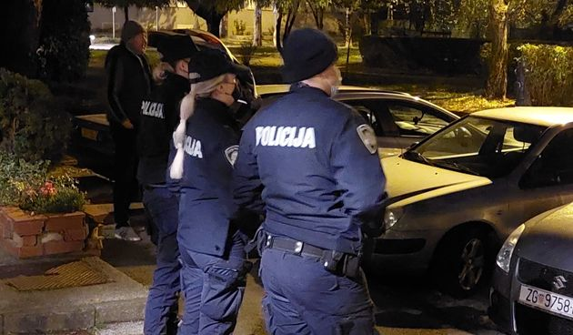Policija pred stanom Beroša