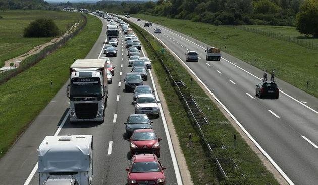 Na autocesti kod Karlovca dvoje teško ozlijeđenih u sudaru - nesreću skrivio 69-godišnji vozač koji nije držao potreban razmak