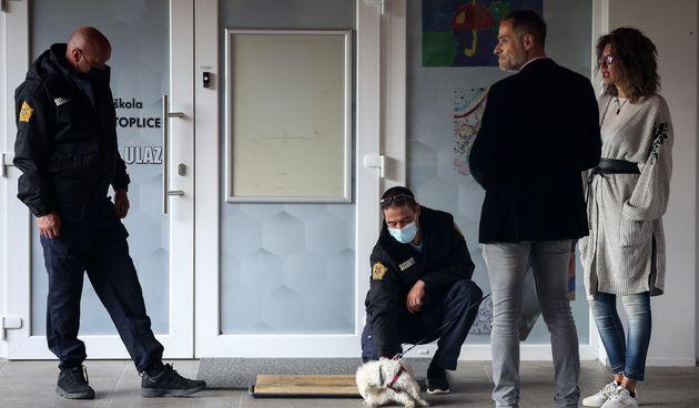 Ispred OŠ u Krapinskim Toplicama stoje zaštitari zbog nekolicine roditelja koji su bili bez maski