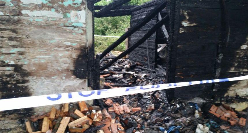 U potpunosti izgorjela drvena obiteljska kuća 26-godišnjaka u okolici Karlovca - policija danas provodi očevid