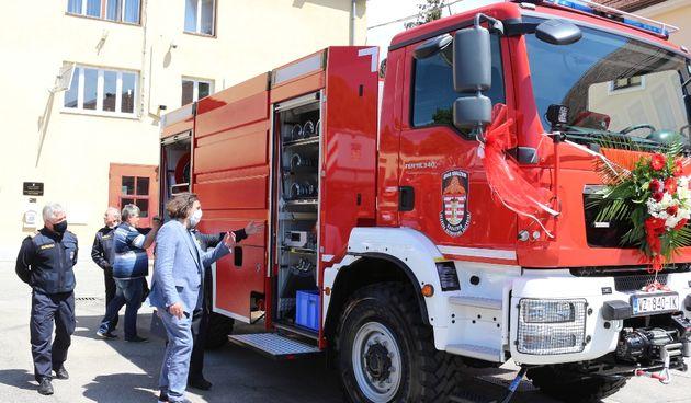 Varaždinskim vatrogascima stigla nova cisterna, vrijedi više od 1,8 milijuna kuna