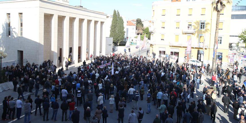 Par stotina u prosvjednika u Splitu protiv Frljićeve predstave