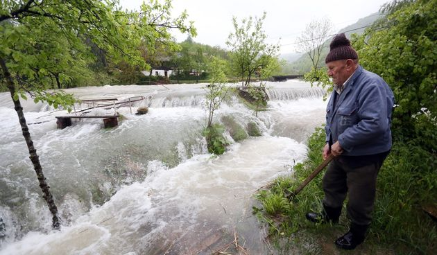 Dramatično kod Rakovice: Nabujala Korana odsjekla selo Korana, vatrogasci spašavaju turiste