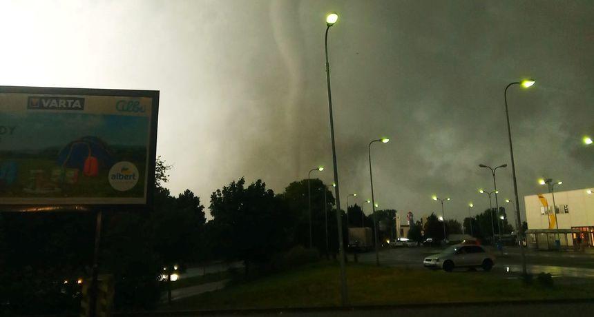 VIDEO Iznimno jak tornado pogodio jug Češke: Selo je doslovno sravnjeno sa zemljom. Automobili su padali na kuće