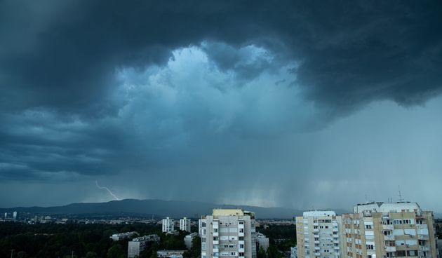 Iz oblaka nad gradom naglo se srušio žestoki pljusak s tučom i uz vjetar