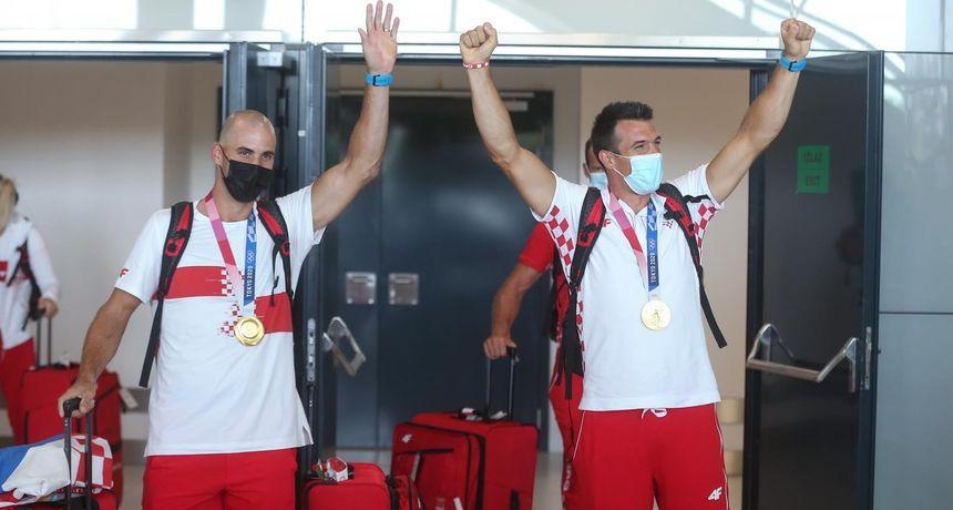 Vratili se veslački heroji braća Sinković i Damir Martin