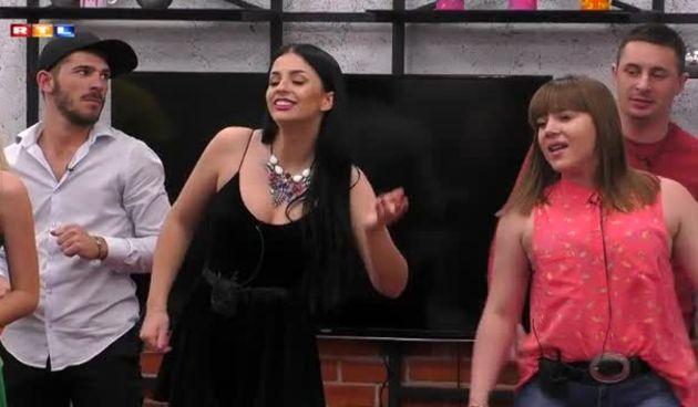 Anezi uz pratnju stanara otpjevala Boginu pjesmu (thumbnail)