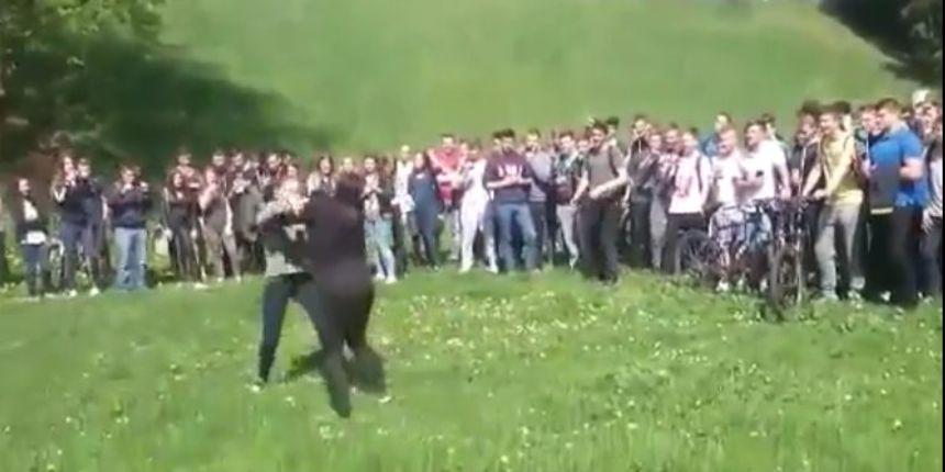 VIDEO Djevojke se potukle na Starom gradu zbog dečka, okupljeni glasno navijali