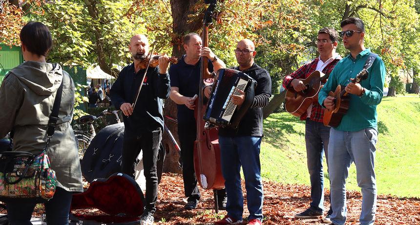 Šest tamburaških sastava već tradicionalno zasviralo na Promenadi - sav prihod namijenjen za liječenje malene Kiare