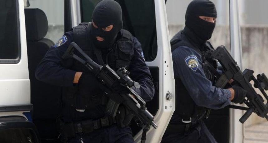 Opsadno stanje u centru Zagreba! Zatvorio se u stan, a na prozore postavio poruke: 'Imam bombe'