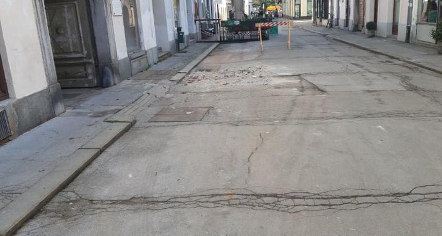 Satima nakon što se raspao dio krova palače u Radićevoj nitko nije ni počistio žbuku i cigle s ceste: Je li ovo osiguranje zgrade za siguran prolaz?