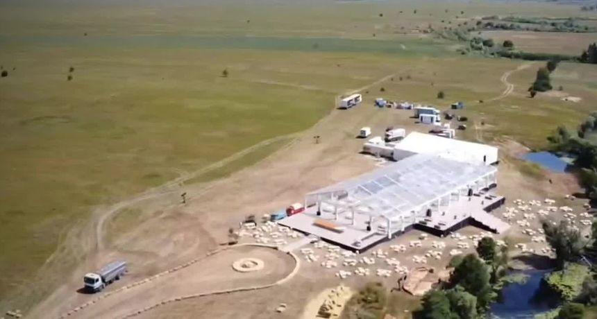 Nova svadba Rimčevih organizirana je u okolici Livna u staklenoj dvorani okruženoj sa 150 bala sijena