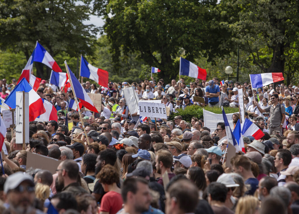 U Parizu se sukobili policija i prosvjednici protiv covid mjera