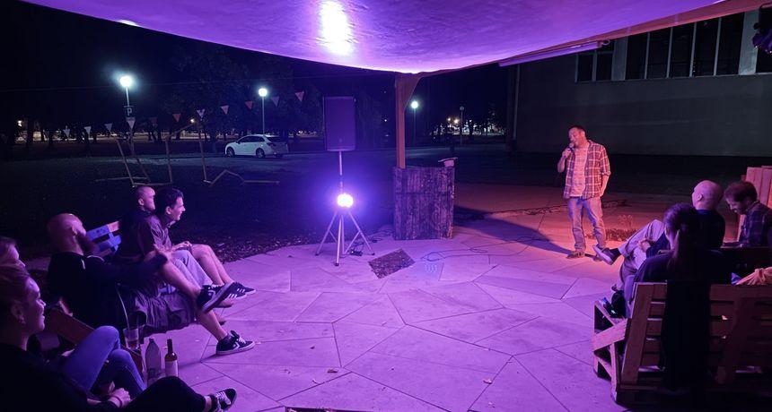 U Urbanom parku održana večer stand up komedije uz zagrebački Guerilla Comedy kojem je to prvo gostovanje van Zagreba