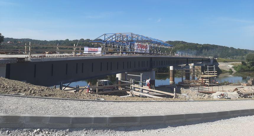 Most na Kupi u Gornjem Pokupju u završnoj fazi - iz Hrvatskih cesta pojasnili zašto će se toliko voziti obilazno, nisu svi zadovoljni