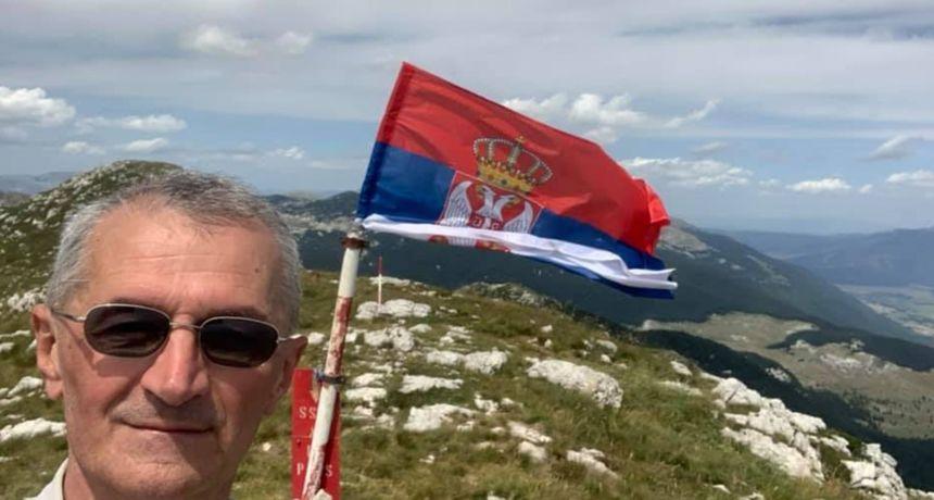 Zastupnik Vučićeve stranke na Dinari podignuo srpsku zastavu: 'Popeo sam se na najveću srpsku planinu'