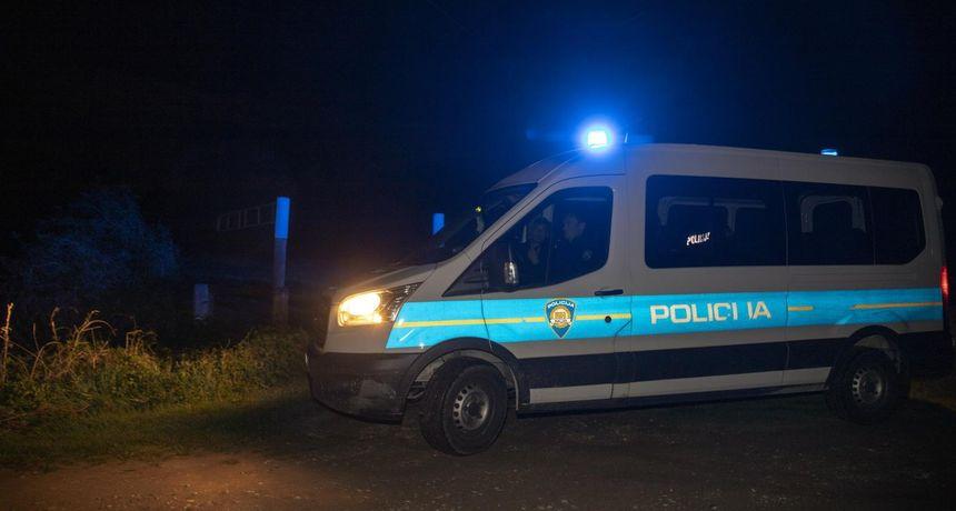 OŠTETILI VOZILA Sramota! U Paragu kamenjem gađali vozila policije i hitne pomoći. Dokle više tako?