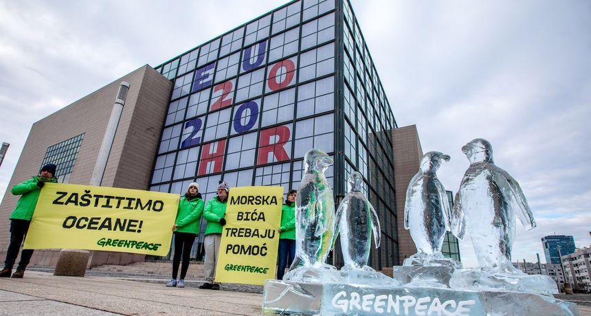 Aktivisti izložili ledenu skulpturu pingvina ispred zgrade NSK: 'Morski život je na rubu ekološkog kolapsa'