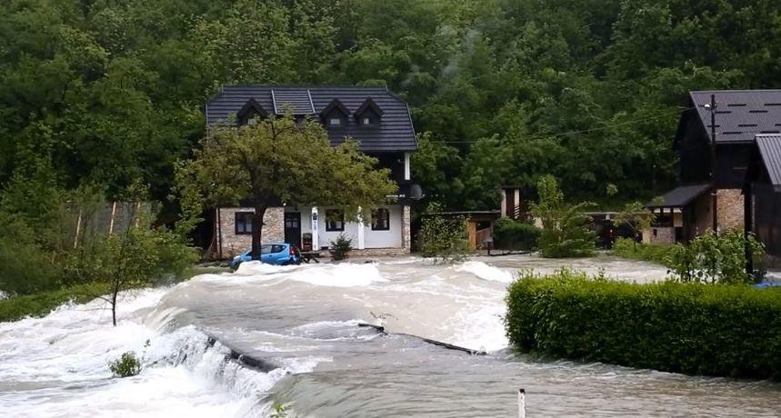 VIDEO Dramatično kod Rakovice: Nabujala Korana odsjekla selo Korana, vatrogasci iz turističkog naselja spašavaju turiste