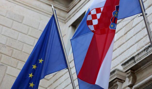23.06.2012., Zadar - Zastava EU i Republike Hrvatske na zgradi gradskog poglavarstva. Photo: Filip Brala/PIXSELL. Hrvatska zastava, zastava Europske unije. Europska unija.