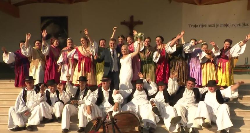Vraćaju se svadbe kakvih dugo nije bilo! U Slavoniji to znači slavlje od tjedan dana, a gdje ima pjesme i veselja, tamo smo i mi