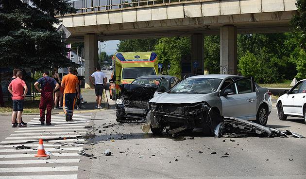 FOTO GALERIJA Sudar dva automobila na Rakovcu, odmah kod benzinske pumpe - intervenirala Hitna, u tijeku je policijski očevid