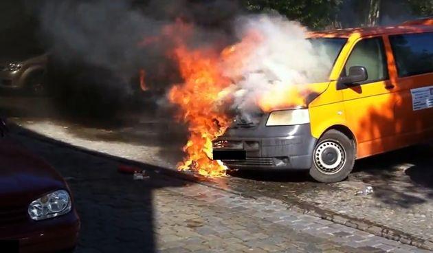 VW transporter u plamenu (ilustracija)