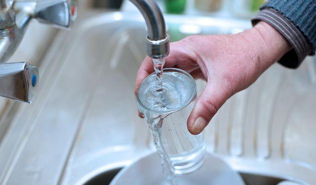 Voda, slavina, čaša