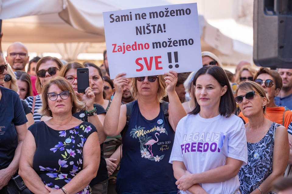 """U Zadru održan prosvjed """"Krik za slobodu"""" protiv epidemioloških mjera"""