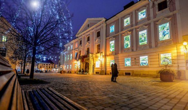 FOTO Jedinstveni adventski kalendar na Županijskoj palači na Franjevačkom trgu: 'posjetite' 24 dvorca, utvrde i kurije