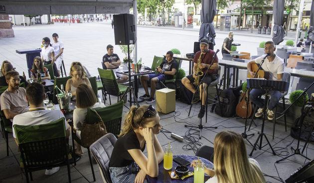 Juraj Padovan i prijatelji zasvirali na terasi '22-ojke'