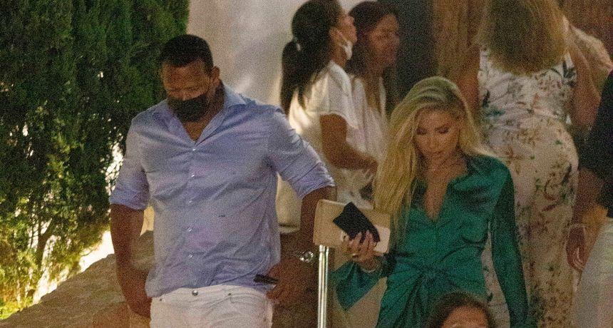 Bivši zaručnik J.Lo sredio se za spoj s novom djevojkom koja je dobila lijepu boju na Ibizi