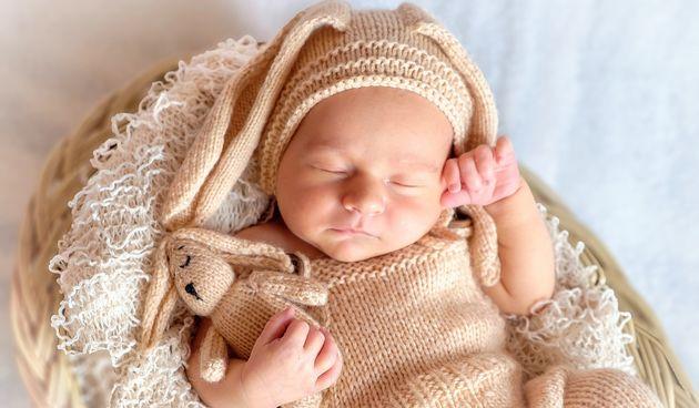 Bebe mlađe od godinu dana ne bi smjele spavati s pokrivačem niti ičim drugim u krevetiću, da se ne uguše