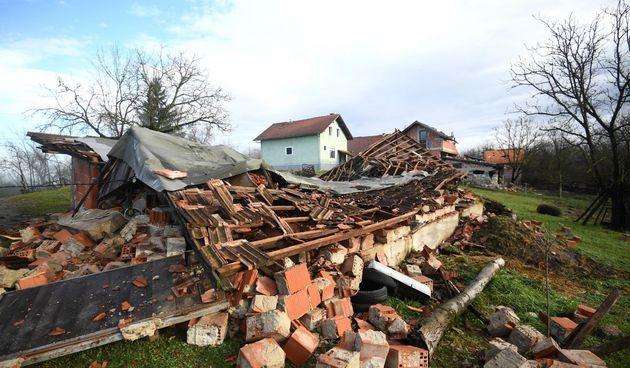glina srušena kuća potres