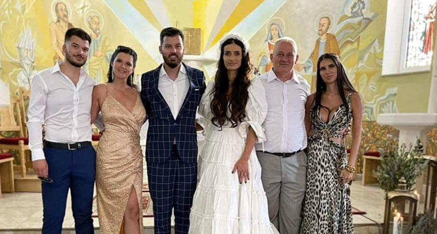 Mladolik izgled: Na Instagramu osvanula svadbena fotografija mame Rimac u zlatnoj haljini s prorezom