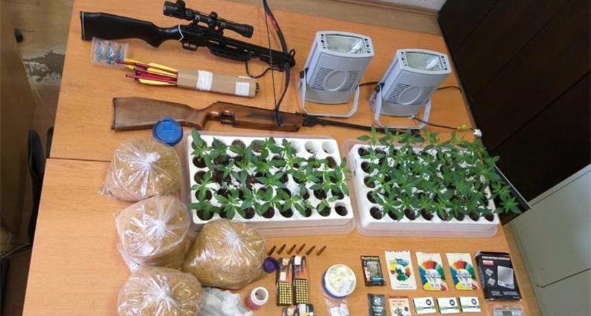 Kod 45-godišnjaka policija pronašla marihuanu, samostrel, zračnu pušku, metke, duhan...